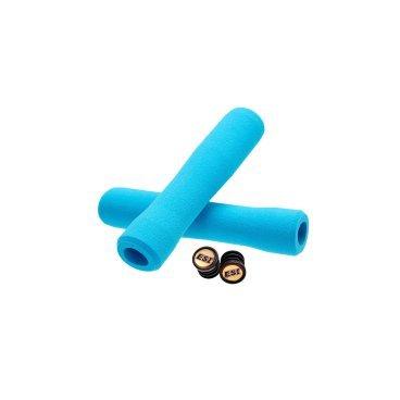 Грипсы ESI Fit XC, 130 мм, силикон, голубой, FTXAQРучки и Рога<br>100 % силиконовые грипсы ESI FIT XC<br><br>* одинаково хорошо держат в сухую и мокрую погоду<br>* специальная эргономичная форма грипсы<br>* смягчают вибрации<br>* легко одеваются<br>* выдерживают любые температуры<br>* устойчивы к ультрафиолету, не твердеют и не стираются<br>* легко моются <br>* вес пары грипс 65 гр<br>* XC - стандартная версия, смешение Extra Chunky и Chunky (34-32мм)<br><br>Новые грипсы ESI FIT XC созданы для абсолютно естественного положения рук на руле. Новый дизайн перераспределяет давление ваших кистей на грипсы, значительно увеличивая контроль.<br><br>Грипсы FIT имеют три различных зоны:<br>Внутренняя – эта зона создает идеальную ступеньку для кистей, обеспечивая максимум контроля в поворотах.<br>Средняя – эта зона идеально работает при силовом педалировании или ускорении в подъемы. Наружная – самая толстая зона грипс для обеспечения повышенного комфорта кистей, особенно на спусках.<br><br>Каждая зона грипс ESI FIT плавно переходит в соседнюю, обеспечивая естественный хват кисти. Ваши руки чувствуют себя комфортно, держась за грипсу, как будто эксклюзивно сформованную под ваши кисти.