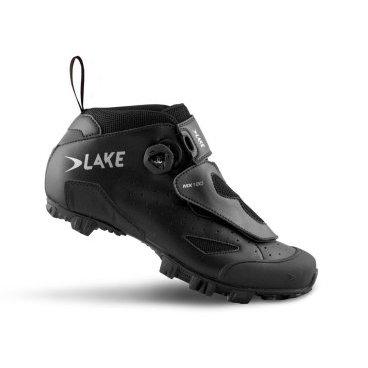 Велообувь Lake MX180, черныйВелообувь<br>Спортивная модель с дополнительными прорезиненной вставками-шипами в подошве MX180 от Lake. Верх выполнен из перфорированной износостояйкой кожи и нейлона, плетёная сетка в вентиляционных отверстиях, также усилен в районе носка. Верх защищен дополнительной накладкой-язычком. Данная модель ориентирована на активную езду с отличной фиксацией стопы, но за счет чуть более просторного ботинка, обеспечивает больший комфорт по сравнению с гоночными версиями, легкая и быстрая фиксация низа ботинка застёжкой-липучкой и верха струнной системой  BOA с кнопкой-крутилкой для затягивания и быстрого сброса шнуровки.<br><br>Внимание: Маломерки, рекомендуется заказывать на размер больше от вашего стандартного размера.