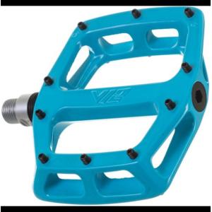 Педали велосипедные DMR V-12, алюминий, синий, DMR-V12-B9Педали для велосипедов<br>Популярные педали V12 теперь стали ещё лучше: платформа теперь стала шире и тоньше, а масса уменьшилась на 20%. В остальном, это всё те же V12 – надёжные и удобные алюминиевые педали со сменными шипами и закрытыми подшипниками.<br><br>Характеристики:<br><br>Материал корпуса: алюминиевый сплав<br>Материал оси: хромомолибденовая сталь<br>Закрытые подшипники<br>Шипы выкручиваются при помощи шестигранного ключа<br>Толщина платформы: 16мм<br>Вес: 430 грамм (пара)