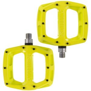 Педали велосипедные DMR V-12, алюминий, желтый, DMR-V12-LLПедали для велосипедов<br>Популярные педали V12 теперь стали ещё лучше: платформа теперь стала шире и тоньше, а масса уменьшилась на 20%. В остальном, это всё те же V12 – надёжные и удобные алюминиевые педали со сменными шипами и закрытыми подшипниками.<br><br>Характеристики:<br><br>Материал корпуса: алюминиевый сплав<br>Материал оси: хромомолибденовая сталь<br>Закрытые подшипники<br>Шипы выкручиваются при помощи шестигранного ключа<br>Толщина платформы: 16мм<br>Вес: 430 грамм (пара)