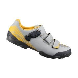 Велотуфли Shimano SH-ME300, серо-желтыйВелообувь<br>Многофункциональные ботинки для бездорожья. Созданы для оптимального сочетания педалирования и ходьбы. Отличный выбор для любителей различных направлений маунтинбайка. <br><br>Характеристики:<br><br>Прослойка подошвы TORBAL обеспечивает комфорт и оптимальную циркуляцию воздуха вокруг стопы<br>Застёжка бакля и перекрёстные липучки надёжно фиксируют ногу<br>Резиновый протектор гарантирует уверенное сцепление<br>Подошва усилена стекловолокном для оптимальной передачи усилия на педали<br>Материал: синтетическая кожа<br>Вес пары: 762 грамм (размер 42)