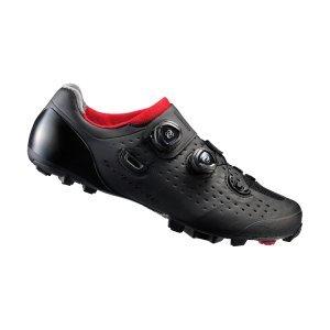 Велотуфли Shimano SH-XC900, черныйВелообувь<br>Комфортные гоночные туфли для кросс-кантри. Жесткие благодаря внутренней карбоновой подошве, система быстрой шнуровки BOA надежно фиксирует ногу. Подошва из резины Michelin High-Performance обеспечивает отличное сцепление на любой поверхности. <br><br>• Сверхжёсткая и лёгкая промежуточная подошва<br>• Перфорированная мягкая синтетическая кожа высокой плотности для превосходного прилегания<br>• Защёлки Boa IP1 с направляющей Powerzone и передний ремешок надёжно удерживают стопу<br>• Адаптируемая чашеобразная стелька<br>• Оригинальная подошва Michelin®, противоскользящий рисунок подошвы обеспечивает превосходное сцепление<br>• Индекс жесткости: 9<br>• Вес: 335 грамм<br>• Совместим с педалями стандарта SPD<br>• Рекомендуемые педали: Shimano M8000