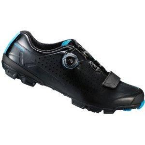 Велотуфли Shimano SH-XC700L, черныйВелообувь<br>Комфортные гоночные туфли для кросс-кантри. Жесткие благодаря внутренней карбоновой подошве, система быстрой шнуровки BOA надежно фиксирует ногу. Подошва из резины Michelin High-Performance обеспечивает отличное сцепление на любой поверхности. <br><br>• Сверхжёсткая и лёгкая промежуточная подошва<br>• Перфорированная мягкая синтетическая кожа высокой плотности для превосходного прилегания<br>• Защёлки Boa IP1 с направляющей Powerzone и передний ремешок надёжно удерживают стопу<br>• Адаптируемая чашеобразная стелька<br>• Оригинальная подошва Michelin®, противоскользящий рисунок подошвы обеспечивает превосходное сцепление<br>• Индекс жесткости: 9<br>• Вес: 335 грамм<br>• Совместим с педалями стандарта SPD<br>• Рекомендуемые педали: Shimano M8000
