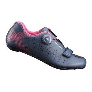 Велотуфли женские Shimano SH-RP501W, темно-синийВелообувь<br>Гибкие и надежные тренировочные туфли, созданные специально для амбициозных велосипедисток<br><br>Особенности Цельный верх без швов для идеальной посадки и комфорта на протяжении всего дня Лёгкая нейлоновая подошва, усиленная углеволокном, для эффективной передачи энергии Защелка Boa L6 с микрорегулировкой и скрытой прокладкой шнуровки Покрой, специально предназначенный для женщин, для естественного и комфортного прилегания Надежные, широкие подкладки под пятку обеспечивают устойчивость при ходьбе Оптимальная вентиляция верха, стельки и подошвы