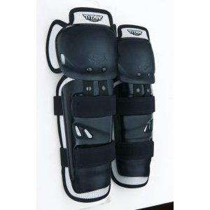 Наколенники подростковые Fox Titan Sport Knee/Shin Youth Guard, черный, 04275-001-OSЗащита колена<br>Наколенники подростковые Titan Sport Knee реализуют полноценную защиту и покрытие для коленей и голени. Всё это плавно совмещается и сопрягается с двойным био-механическим шарниром и подвижной защитой коленей. Таким образом, удаётся реализовать полноценную защиту ноги в ассиметричной плоскости, дополненную блестящими практичными решениями, упрощающими процесс использования и надевания наколенников. Для этих целей предусмотрена система застёжек Posi-Lock с одиночной удобной регулировкой. В целом, наколенники Titan Pro - это анатомичная и сбалансированная защита с центрированной позицией и уверенным покрытием по всей поверхности. Незаменимо для всех дисциплин вело и мотокросса!<br><br>ОСОБЕННОСТИ:<br><br>3-ёх составная коленная защита на шарнирах<br>Полностью пластиковая защита с полным покрытием самых важных зон<br>Ассиметричное левое/правое исполнение для оптимальной подгонки<br>Система стрепов Posi-Lock с регулировкой<br>Вентиллируемый мягкий шарнир помогает сохранять комфорт и уверенно охлаждать<br>Цвет: чёрный