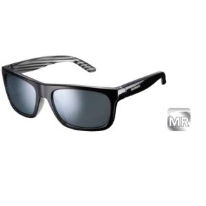 Велосипедные очки Shimano TOKYO, черно-серебристый, ECETKYO1MRBLВелоочки<br>Велосипедные очки Shimano TOKYO имеют классический повседневный дизайн, подходящий как для поездок на велосипеда, так и для простых прогулок. Легкий, прочный и долговечный материал Grilamid TR-90. Формование с ЧПУ для высочайших точности, симметрии и качества. Нетоксичные наконечники TPE двойного формования. Прочные, жесткие и легкие поликарбонатные линзы с защитой UV400, гидрофобным покрытием и защитой от царапин. Комплектуются мешочком для очков который можно использовать для протирки линз.