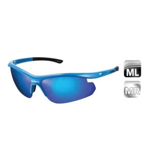 Велоочки SOLSTICE, голубой, ECESLTC1MLUBВелоочки<br>Легкие велосипедные очки Shimano SOLSTICE, с тем же высоким качеством линз, что и у профессиональных моделей! Новая облегченная конструкция с двумя линзами и улучшенным обзором и защитой. Обтекаемый дизайн с высокой точностью, симметрией и качеством. Не скользящие, нетоксичные наконечники TPE двойного формования. Удобные и регулируемые носовые опоры большого размера. Совместимы с зажимами RX. Прочные, жесткие и легкие поликарбонатные линзы с защитой UV400, гидрофобным покрытием и специальной обработкой против царапин. Комплектуются дорожным футляром, мешочком для очков который можно использовать для протирки линз.<br><br>Комплектация: <br>Голубая оправа<br>Дымчато-синие MLC линзы<br><br>Запасные прозрачные линзы.