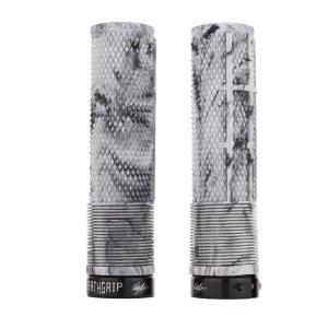 Грипсы DMR Brendog Death Flangeless, кратон, зимний камуфляж, диаметр 29.8мм, DMR-G-BREN2-THIN-SCРучки и Рога<br>Грипсы Death Grip от DMR созданы при непосредственном участии знаменитого гонщика Брендона Фэйркло. Основные их особенности – металлический замок с внутренней стороны, переменный внутренний диаметр (что позволяет обойтись без второго замка) и мягкая резина Kraton. «Я хотел сделать идеальные грипсы, которые подошли бы для любого из моих байков, будь то трейловый или даунхильный.» - говорит Брендон, - «Мы хорошо обдумали, какими они должны быть, и вот что у нас получилось!»<br><br>ОСОБЕННОСТИ<br><br>Диаметр – 29.8мм<br>Переменный внутренний диаметр позволяет обойтись одним металлическим замком<br>Оригинальный рисунок для максимального комфорта и лучшего сцепления<br>Мягкая резина Kraton<br>Цвет: зимний камуфляж