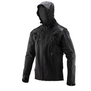 Велокуртка Leatt DBX 5.0 All Mountain Jacket, черный 2019Велокуртка<br>DBX 5.0 – непромокаемая мембранная куртка, созданная специально для велосипедистов. Модель выполнена из трёхслойного материала HydraDri, который не только не пропускает влагу, но и отлично дышит. Такой материал оптимален для использования в любых погодных условиях. Основные особенности этой куртки – дополнительные потайные швы для большей надёжности и водонепроницаемые молнии от YKK. Кроме того, куртка отлично совместима с защитой шеи, подходит для ношения поверх тонкого панциря и, конечно же, идеально сочетается с шортами DBX 5.0. И, наконец, отметим накладки из специальной прозрачной плёнки на плечах и локтях, повышающие устойчивость ткани к механическим повреждениям.<br><br>Характеристики:<br><br>Трёхслойный материал HydraDri<br>Лазерная выкройка и проклеенные швы для максимальной защиты от влаги<br>Параметры мембраны: 20000/20000мм<br>Дополнительные потайные швы для большей надёжности<br>Водонепроницаемые молнии от YKK<br>Подходит как для ношения поверх защиты, так и без неё<br>Регулируемый капюшон, который можно надеть поверх любого шлема<br>Накладки из специальной защитной плёнки на локтях и плечах<br>Специальные прорези для вентиляции по бокам<br>Лоскут из микрофибры для протирки очков<br>Силиконовый принт в задней части куртки не даёт ей задираться во время езды